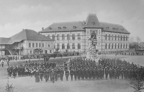 """Regimentul 18 Gorj în fața Gimnaziului """"Tudor Vladimirescu"""""""